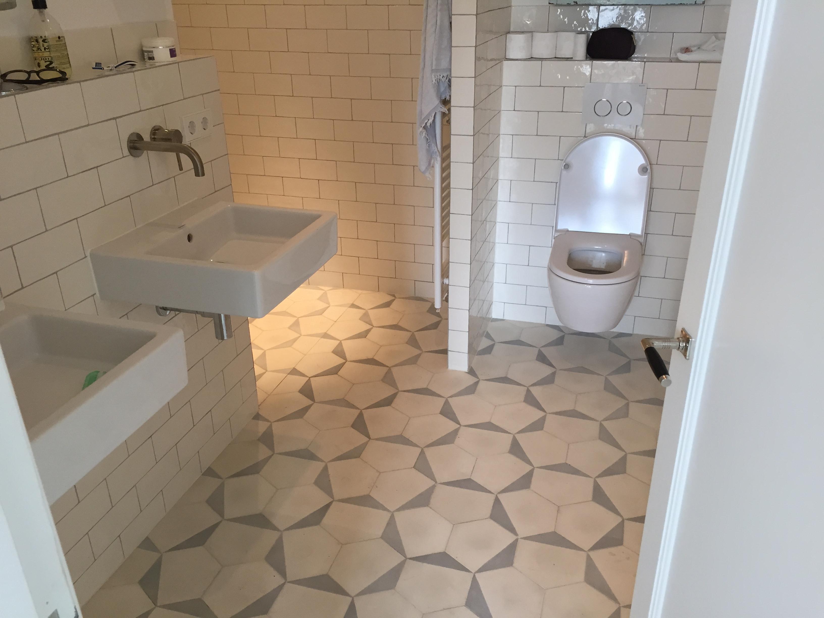 Tegel patroon in badkamervloer - Tegel patroon badkamer ...