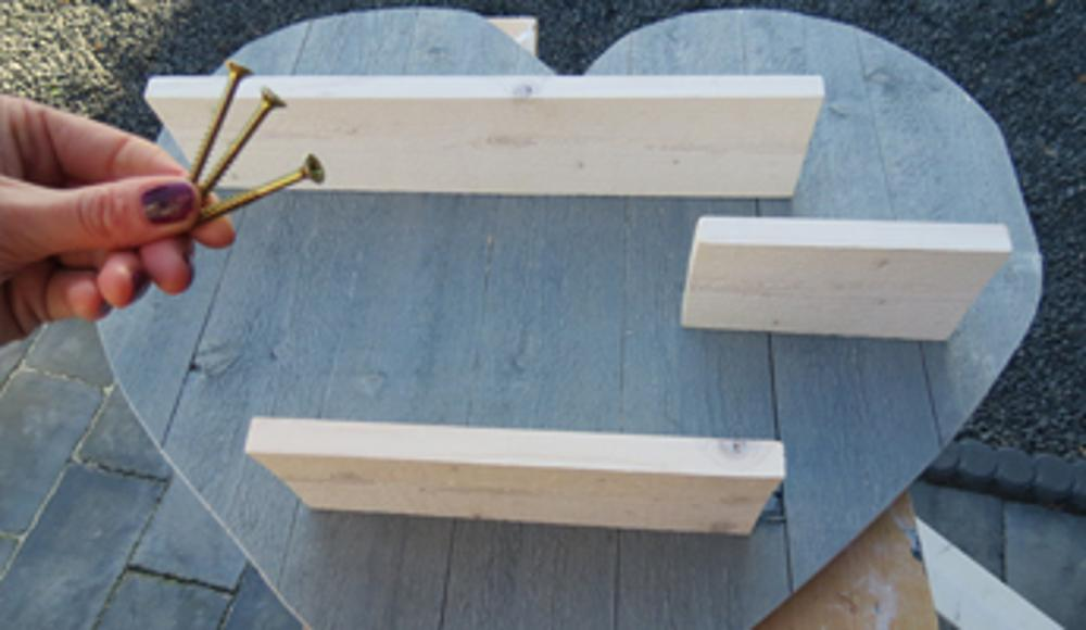 Steigerhouten hart maken voor valentijn for Steigerhout tuinmeubelen zelf maken